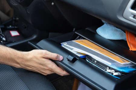Compartiment de boîte à gants d'ouverture de main de conducteur à l'intérieur de voiture Banque d'images