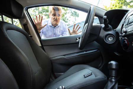 L'homme a oublié sa clé à l'intérieur d'une voiture verrouillée