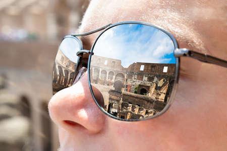 Colosseum In Rome Reflecting In Womans Sunglasses Banco de Imagens