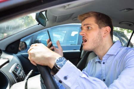 Fahrer hatte fast einen Unfall, als er beim Autofahren telefonierte