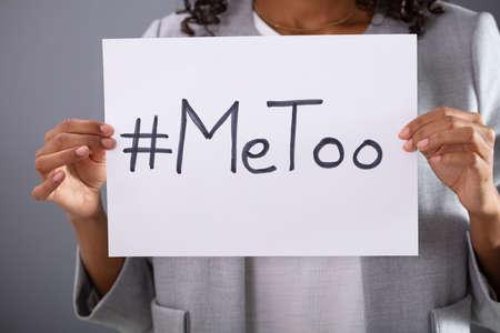 Femme tenant une feuille de papier avec un hashtag MeToo écrit