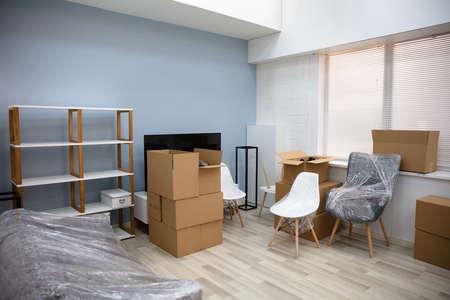Salón interior de la casa nueva con cajas de mudanza