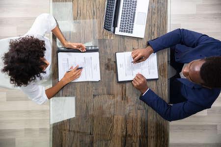 Junge Geschäftsleute sitzen beim Vorstellungsgespräch im Büro Standard-Bild