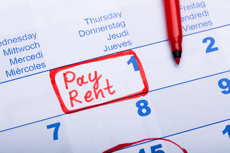 Payer la note de loyer faite à l'aide d'un marqueur rouge dans un calendrier papier
