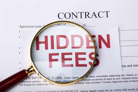 Lupa sobre tarifas ocultas en el contrato