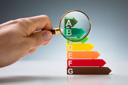 Magnifying Glass Over Energy Efficiency Rating Chart Banque d'images