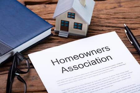 House Model Near HOA Rules And Regulations Document Reklamní fotografie