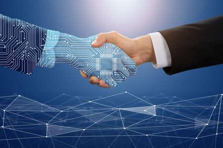 Nahaufnahme des Geschäftsmannes, der mit digitalen Partnern vor blauem Technologiehintergrund die Hand schüttelt