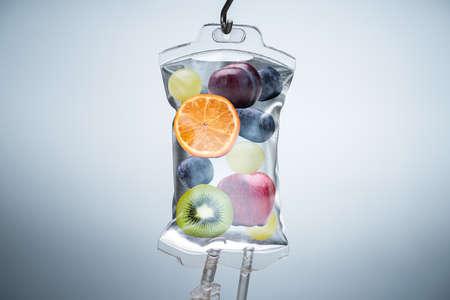 Close-up de diferentes rodajas de fruta dentro de una bolsa de solución salina colgando con gancho en el hospital