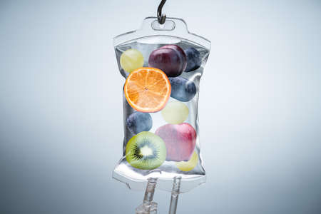 Nahaufnahme einer anderen Fruchtscheiben im Kochsalzlösungsbeutel, der mit Haken im Krankenhaus hängt