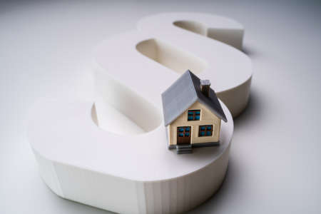 Close-up Of A House Model With Paragraph Symbol Over White Background 版權商用圖片