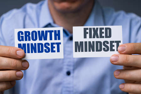 Man Showing Cards With Growth And Fixed Mindset Text Standard-Bild