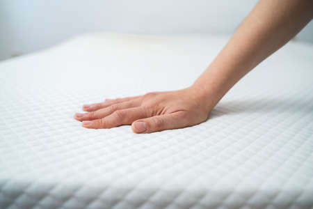 Hand Testing Orthopedic Memory Foam Core Mattress Stockfoto