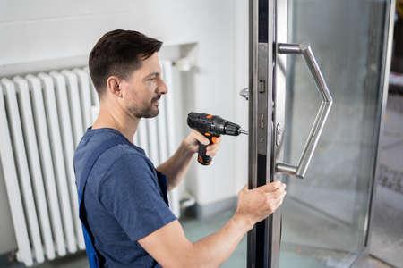 Retrato Carpintero Hombre Joven Reparación Cerradura Puerta