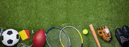 Vista ad alto angolo di varie attrezzature sportive su erba verde