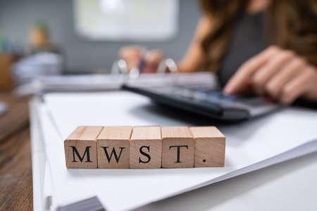 Homme d'affaires calculant MwSt. - Taxe sur la valeur ajoutée en Allemagne