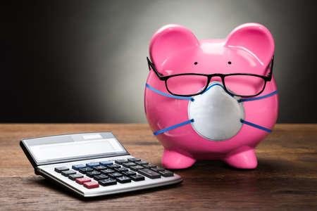 Sparschwein mit Gesichtsmaske während der Coronavirus-Rezession
