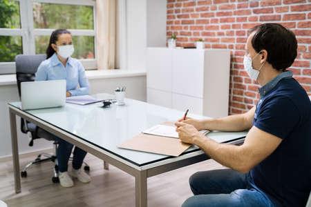 Vorstellungsgespräch Geschäftstreffen in der Anwaltskanzlei mit Gesichtsmaske