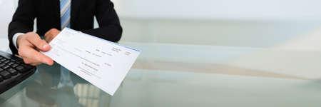 Stimulus-Check und PPP-Darlehens-Zahlungsscheck in der Hand