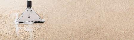 Staubsaugen von schmutzigen Teppichen und Teppichen. Staubsauger Standard-Bild