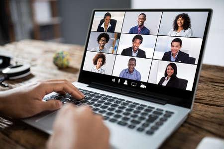 Homme travaillant à domicile ayant une vidéoconférence de groupe en ligne sur un ordinateur portable