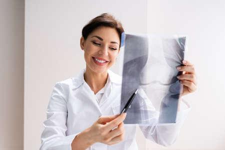 Surgeon Doctor Holding Knee Bone Xray Scan Standard-Bild