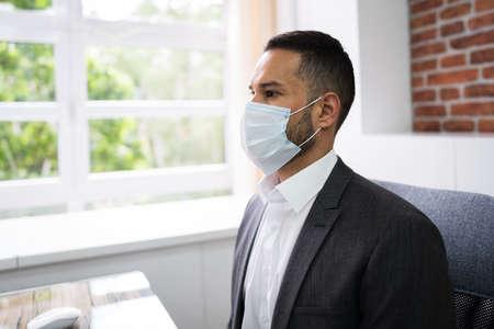 Male Receptionist In Medical Doctor Face Mask Standard-Bild