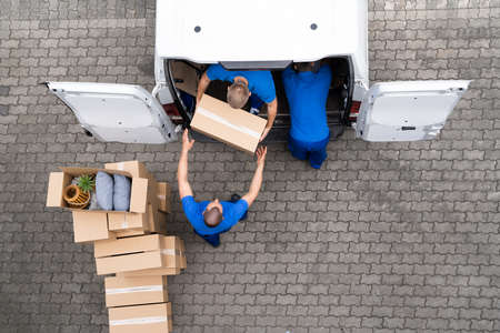 Open Truck Delivery. Mover Men Moving Boxes Standard-Bild