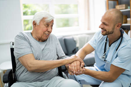 Health Care Patient Holding Hand With Nurse Banque d'images