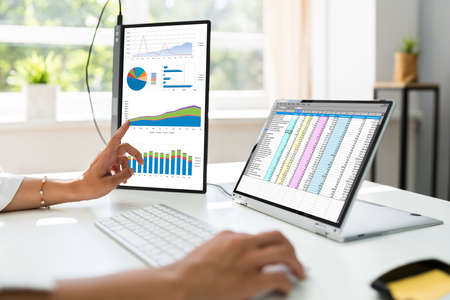 Analyst Employee Working With Spreadsheet Report On Screen Banque d'images