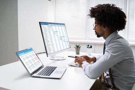 Gantt Schedule Plan On Computer Screen In Office Foto de archivo