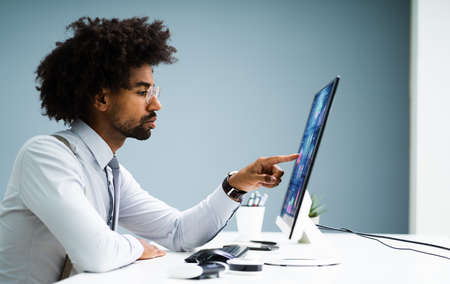 Business Data Analyst Using Computer. African American Advisor Banque d'images