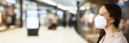 Retail Store Shopping With Coronavirus Ffp2 Face Mask Stockfoto