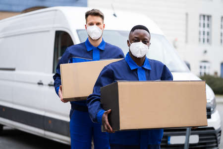 African American Movers Service Man In Face Mask Standard-Bild