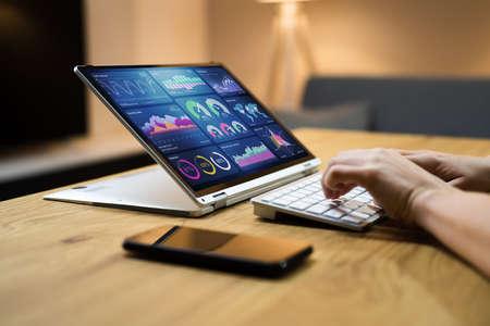 KPI Business Data Dashboard Analytics On Hybrid Laptop Banque d'images
