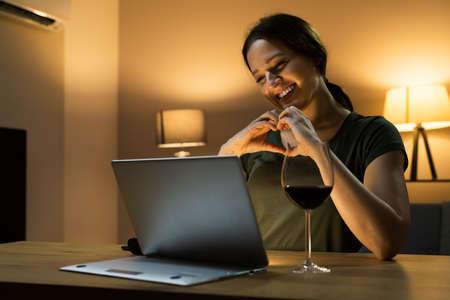 Virtual Wine Tasting Dinner Event Using Laptop Standard-Bild