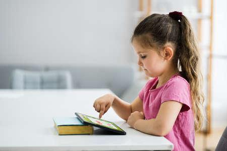 Children Kid Studying Solving Math At Home Standard-Bild