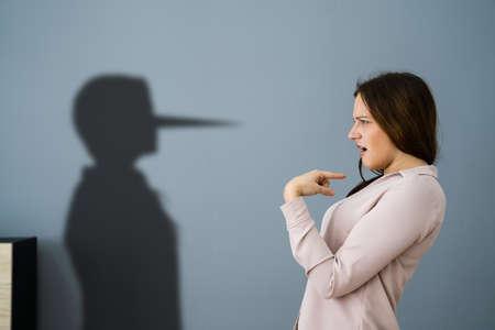 Cheater Forgery Trickster Deceit Business Face With Big Nose Standard-Bild