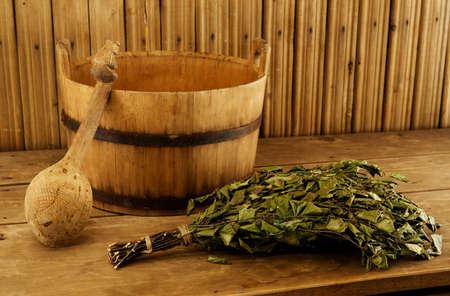 escoba: Equipos tradicionales para ba�o ruso de madera  Foto de archivo