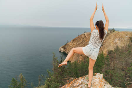 caída de niña durante el yoga. la mujer en la orilla del lago en yoga, estaría en la posición