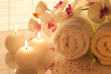 handtcher: Spa Handt�cher, Kerzen und Orchideen auf Bambus Hintergrund Lizenzfreie Bilder