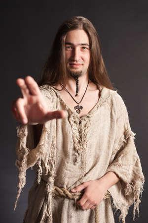 tatter: Hombre asi�tico hermoso con el pelo largo hace una bendici�n gesto