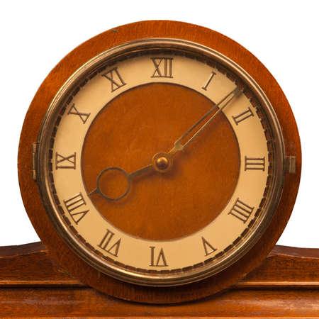 romeinse cijfers: vintage klok met Romeinse cijfers close-up geïsoleerd op witte achtergrond