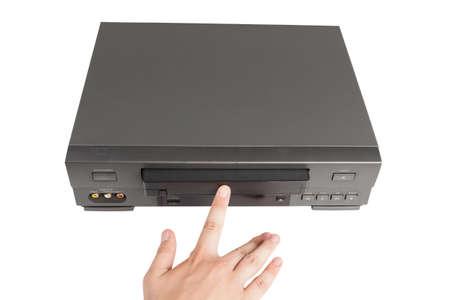 videocassette: mano inserta cintas de vídeo en videorecorder