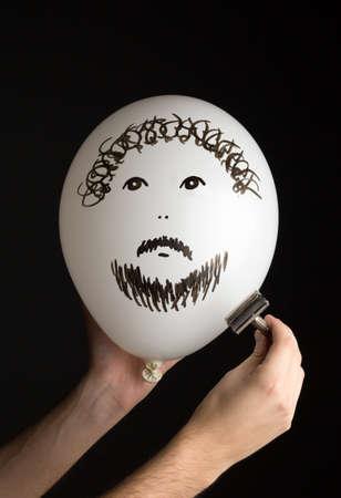 firmeza: afeita la mano un globo blanco sobre un fondo negro