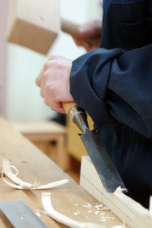 Ein Tischler , der ein Stück Holz repariert . Werkstatt Fabrik . Standard-Bild - 94268179