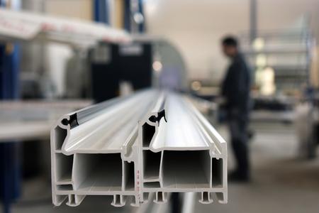 Fabricación del perfil de la ventana. Fábrica para la producción de ventanas y puertas de aluminio y PVC.