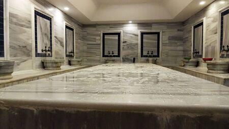 Salle de bain turque en marbre traditionnel. Santé et détente.
