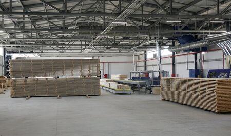 Houtbewerking onderneming. Productie van gestapeld grenenhout voor verwerking en meubelproductie. Stockfoto