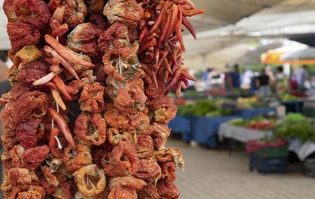 Produits secs : aubergines poivrons et légumes sur le marché turc. Banque d'images
